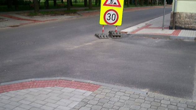 Pohled na kritizovanou úpravu chodníků v Českých Velenicích.