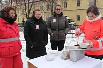 Český červený kříž společně s farní charitou v Jindřichově Hradci rozdávají polévku potřebným.
