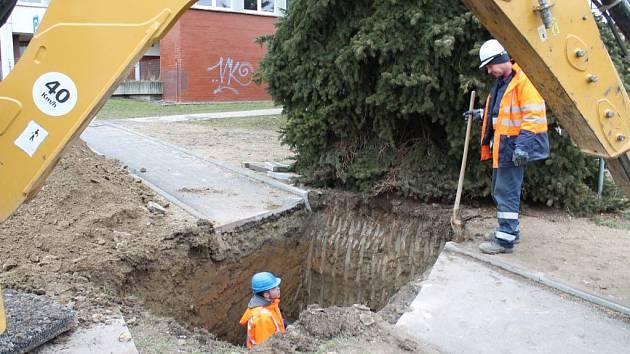 HLUBOKÝ VÝKOP museli včera udělat pracovníci vodárenské společnosti ČEVAK na jindřichohradeckém sídlišti Vajgar, aby mohli opravit prasklé potrubí.