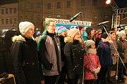Česko zpívá koledy na jindřichohradeckém náměstí Míru. Začátek programu.