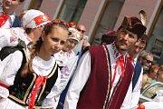 Malí i velcí. Přes sto krojovaných účastníků z jihočeských folklorních skupin se účastnilo průvodu.
