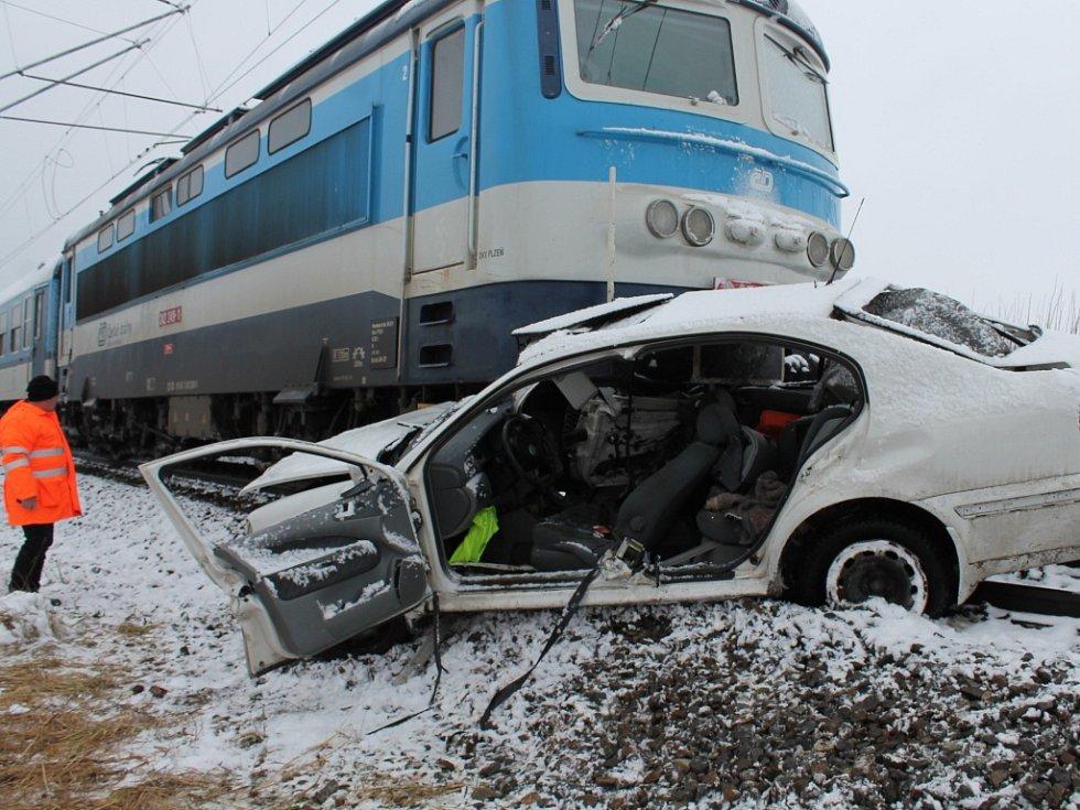 Za J. Hradcem na železničním přejezdu u letiště se srazil rychlík s osobním autem. Řidič i jeho spolujezdec utrpěli těžká zranění.