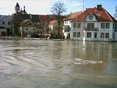 POVODNĚ na jaře 2006 v Dačicích. Připravovaná protipovodňová opatření by měla zalití této lokality zabránit.