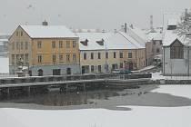 Jindřichohradecko od pondělního rána zasypává sníh.