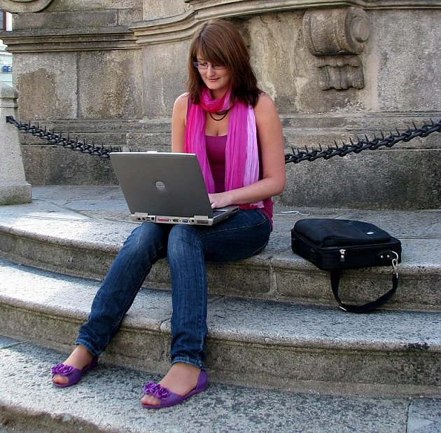 Hradečačka Šárka Rezková chytá signál wifi na náměstí Míru.