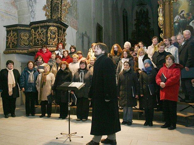 Pěvecký sbor Smetana zapěl v kostele svatého Jana Křtitele sváteční Rybovu mši.
