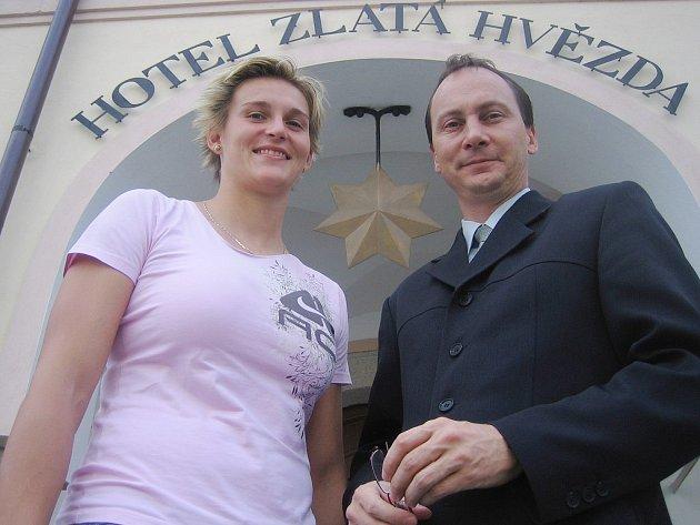 Barbora Špotáková  s ředitelem hotelu Zlatá Hvězda v Třeboni Petrem Šotem.
