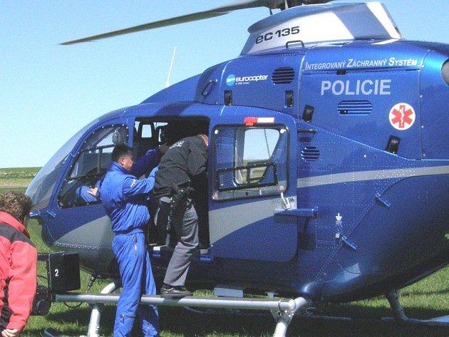 Policisté z Jindřichohradecka se seznamovali s možnostmi využití policejního vrtulníku při potírání zločinu.