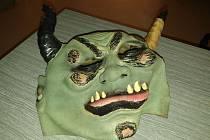 Pohled na masku čerta, kterou odcizil zloděj v prodejně v Českých Velenicích.