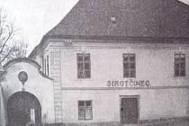 V BUDOVĚ nynější Základní umělecké školy V. Nováka v Jindřichově Hradci byl kdysi sirotčinec. Po jeho zrušení byla i zde zřízena pletařská škola.