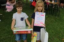 Cenu za kolektivní práci si převzaly děti ze 2. B ZŠ Sokolská.