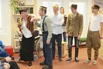 Soubor složený z osvědčených dobrovolníků provedl návštěvníky formou scének, písniček a veršů osudy lidí z Jarošova, tak, jak je prožívali před 100 lety.