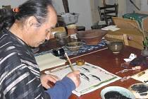 Musakazu Kusakabe (na snímku) se kromě projektování pecí na výpal keramiky a samotného hrnčířství věnuje také malování. O svém díle napsal i obsáhlou knihu. Věří, že tradiční pálení keramiky ohněm má své jedinečné a neopakovatelné kouzlo.
