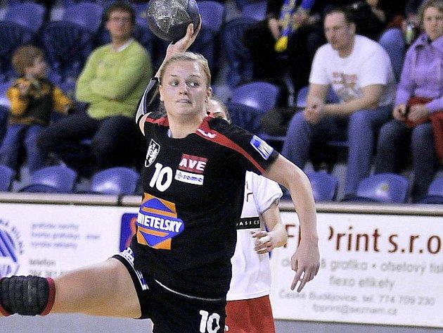 Křídelní hráčka jindřichohradeckých házenkářek Barbora Eliášová byla s pěti góly nejlepší střelkyní svého celku v interligovém duelu proti Bánovcům nad Bebravou, který slovenský tým vyhrál 30:20.