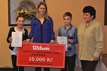 Denisa Vondráková a Errik Fáček s trofejeemi při vyhlášení.