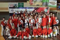 Taekwondisté z Třeboně patří k nejlepším nejen v ČR, ale vozí výborné výsledky i z mezinárodní scény. Na společném snímku z třeboňského poháru. Taekwondisté se pod vedením Jana Mračka aktuálně připravují prostřednictvím internetu.