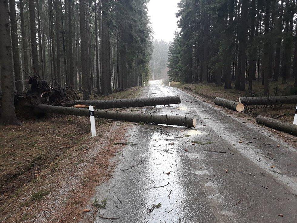 Dobrovolní hasiči ze Starého Města pod Landštejnem v neděli vyjížděli ke dvěma spadlým stromům na silnici směrem na Stálkov.
