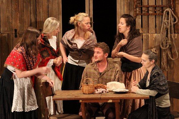 Členové jindřichohradecké Divadelní společnosti Jablonský sehráli v Deštné derniéru představení od Johna Millingtona Synge - Hrdina západu.