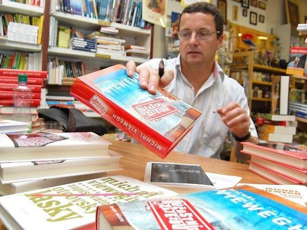 Do Jindřichova Hradce zavítal přední český spisovatel Michal Viewegh. Autogramiádu pořádalo právě knihnupectví U Lenky v Panské ulici.