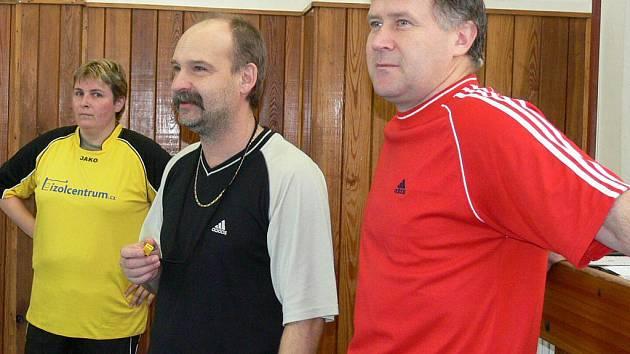Při premiérovém tréninku fotbalistek Sokola J. Hradec jsme zachytili kapitánku družstva Lenku Posířilovou a trenéry Františka Šmatláka s Evženem Filipem (vpravo).