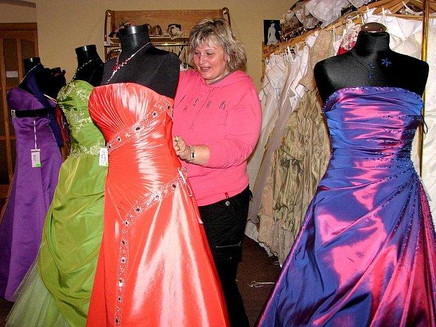 Jedna dívka za druhou míří nyní do půjčovny POLI Jarmily Fialové. Zájem mají hlavně o šaty na maturitní ples.