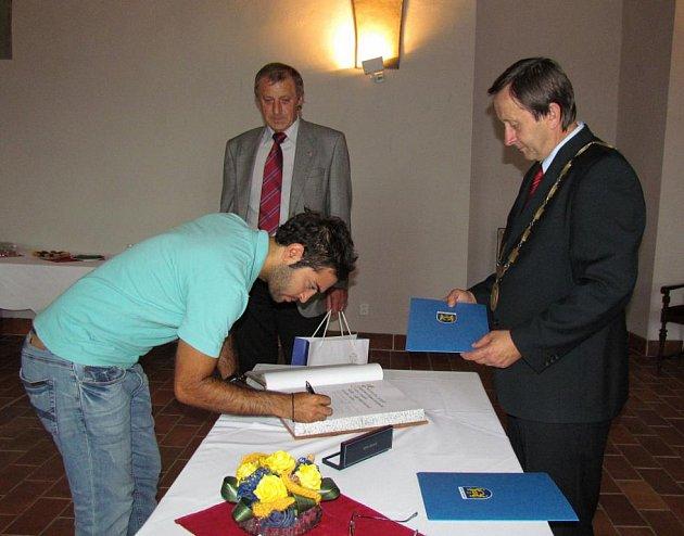 Starosta Hradce Stanislav Mrvka přijal kyperskou delegaci hudebníků.