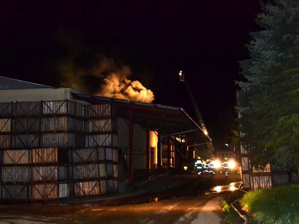 V Děbolíně u Jindřichova Hradci ve neděli před 22. hodinou vypukl požár v místní chipsárně.