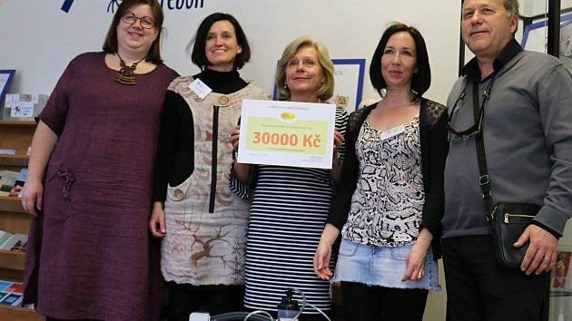 Ředitelka Hospicové péče sv. Kleofáše v Třeboni převzala symbolický šek, díky kterému hospic získá kyslíkový koncentrátor.