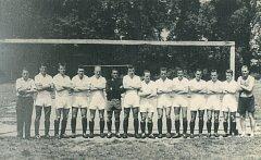 V roce 1961 slavila hradecká kopaná 50 let. Konal se také 13. ročník Memroiálu F. Špírka, který vyhrál tým Spartak Jihlava (na snímku).