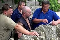 CESTA. Každý den probíhaly expediční porady k plnění plánu trasy. Nad soupisem hrobů ze Swindonu rozmlouvají (zprava) Vladimír Vondrka, Dan Branda, Jiří Růžička a Radek Novák.