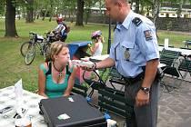 V třeboňském  Sport Kempu Doubí policisté při kontrole našli několik mladistvých. Ti se museli podrobit dechové zkoušce na alkohol. Ta byla u všech negativní.