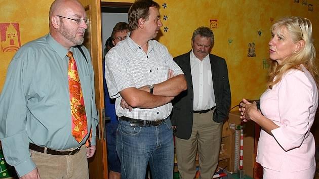 V NOVÉM. Ředitelka Mateřské školy ve Slavonicích Vítězslava Benešová seznámila přítomné s opravenou školkou.