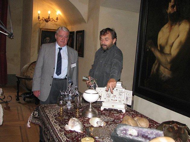 Nově zpřístupněné interiery prohlídkové trasy A v  třeboňském zámku. Na snímku kastelán Pavel Hofman a průvodce Lubomír Průcha.