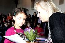 PRVNÍ VYSVĚDČENÍ, ještě navíc se samými jedničkami, si včera převzala i Simona Kněžíčková z 1. A z jindřichohradecké 5. základní školy z rukou své učitelky Hany Pragerové.