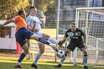 Jindřichohradečtí fotbalisté (v modrobílém) v divizním derby zdolali Katovice 3:1 a ukončili tak sérii šesti porážek.