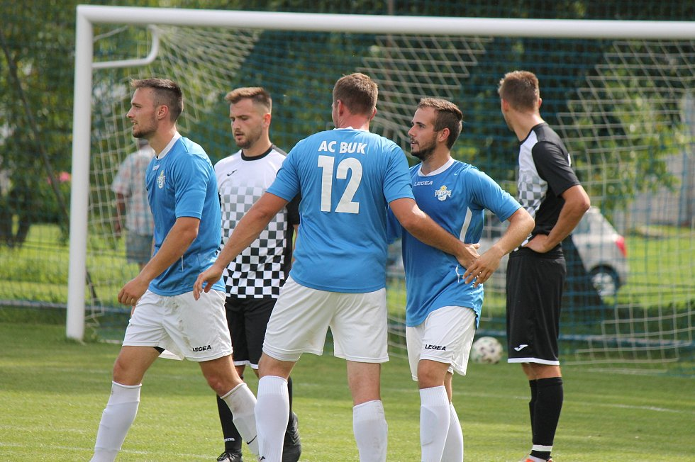 Fotbalisté Buku (v modrém) porazili v místním derby I. B třídy Horní Žďár 3:0.