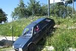 Pohled na auto, které sjelo u Penny v J. Hradci ze stráně.