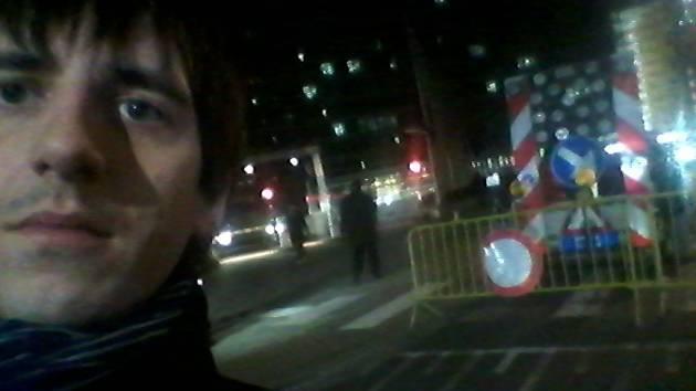 Selfie u dalšího zátarasu u institucí.