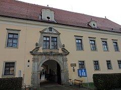 Zámek v Budíškovicích, kde sídlí Domov pro seniory.