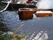 Hasiči vyprošťovali multikáru z rybníku Polívka u hradeckého letiště.