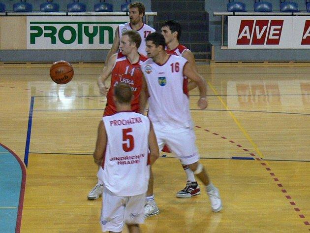 Jindřichohradečtí basketbalisté (na snímku s litevským Atletas Kaunas bojují Procházka  a  s číslem 16  Novotný).
