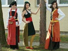 Kroje, které vyjadřují islandský folklór a přírodu, dívky předvedly na islandské škole v  Reykjavíku.