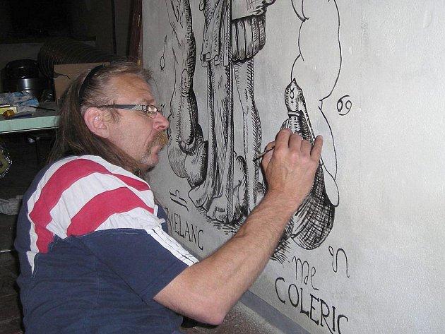 Práce na úpravách interiéru stylové krčmy zahrnují také obrazové dekorace, které na stěny podle dobových předloh maluje výtvarník Jaroslav Jiran (na snímku).