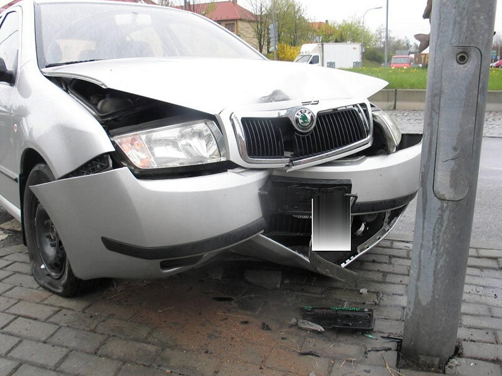 Opilá řidička nezvládla kroužení na kruhovém objezdu v Třeboni.