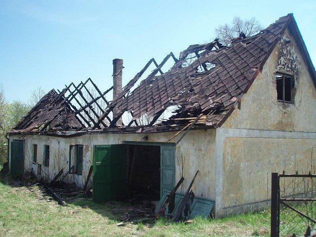 Vyhořelý opuštěný dům v Suchdole nad Lužnicí.