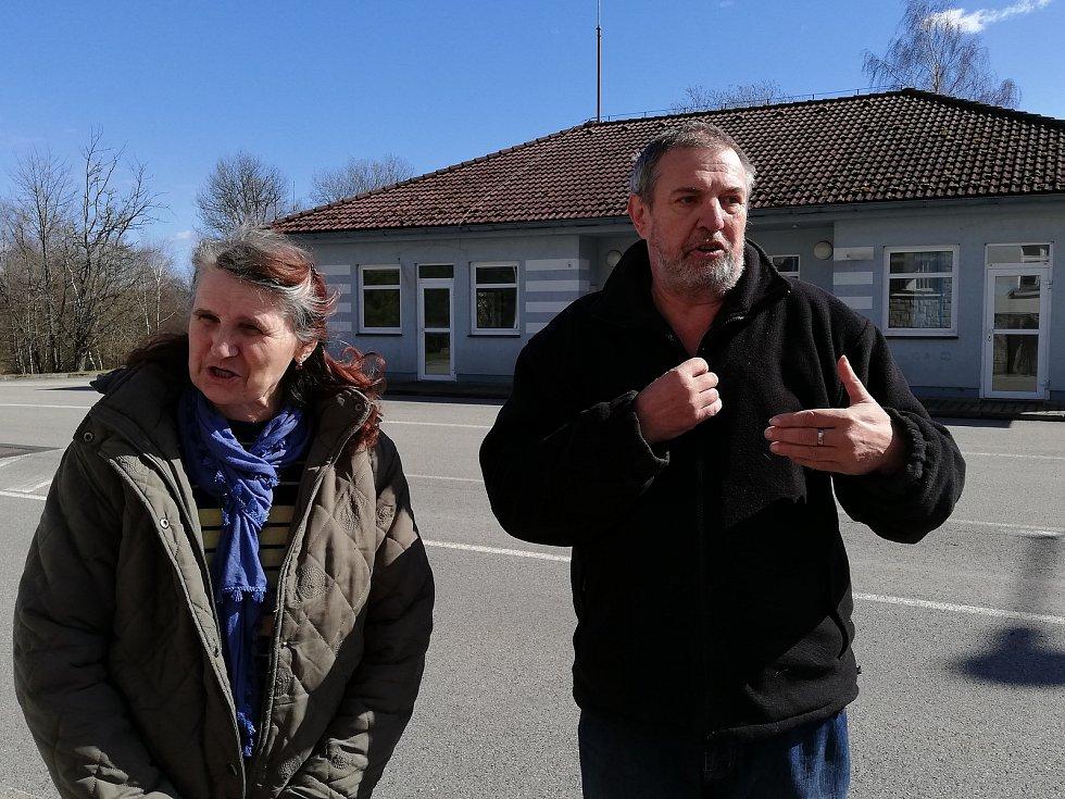 Zoufalí rodiče na rakouských hranicích sháněli informace pro syna.