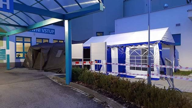 Nemocnice Jindřichův Hradec. Vstup je již několik dní možný pouze přes stan, který je umístěný před vstupem na urgentní příjem v budově E přímo u vjezdu z kruhového objezdu.