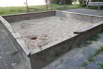Pozůstatky dětských hřišť na sídlišti Vajgar.