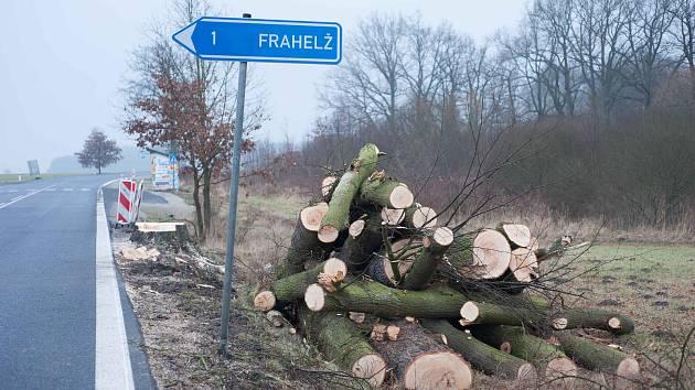 Za kácení stromů na Třeboňsku dostali již dříve silničáři pokutu ve výši 200 tisíc korun.