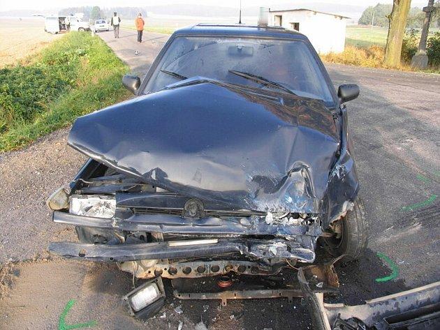 Pohled na zdemolované osobní auto po srážce s autobusem, jehož řidič nedal přednost.